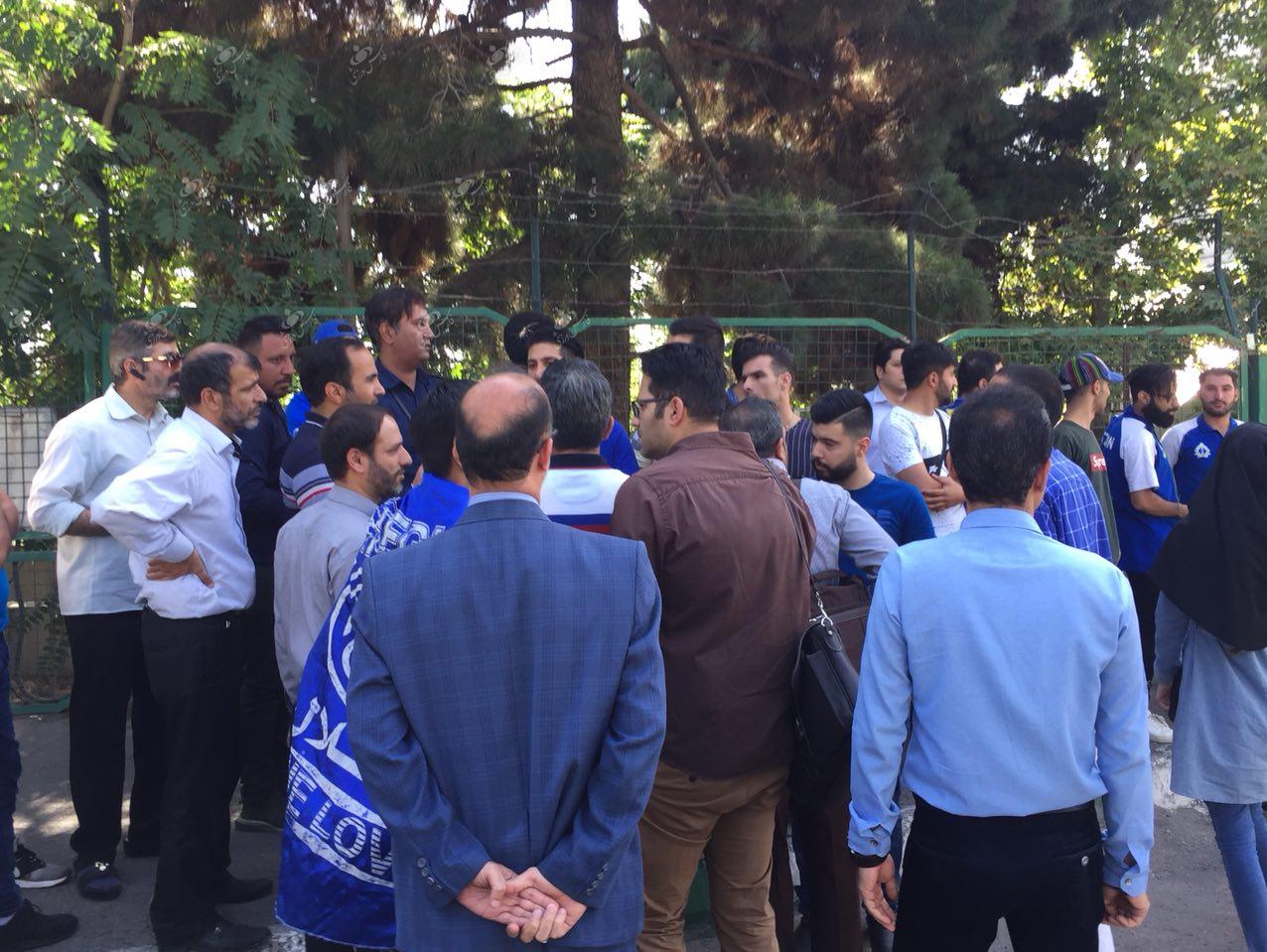 تجمع دوباره هواداران استقلال مقابل وزارت ورزش+تصاویر
