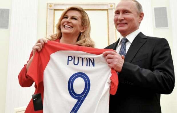 اهدای نمادین پیراهن تیم ملی کرواسی به پوتین+عکس
