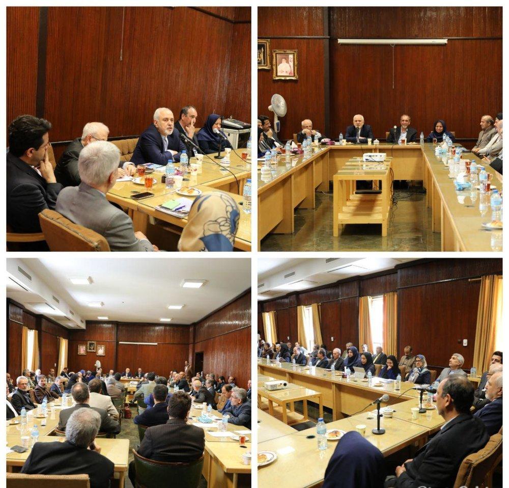 ظریف با اساتید دانشکده حقوق و علوم سیاسی دانشگاه تهران دیدار کرد/عکس